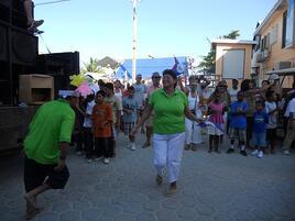 Mayoress Elsa Paz Dances in the Parade