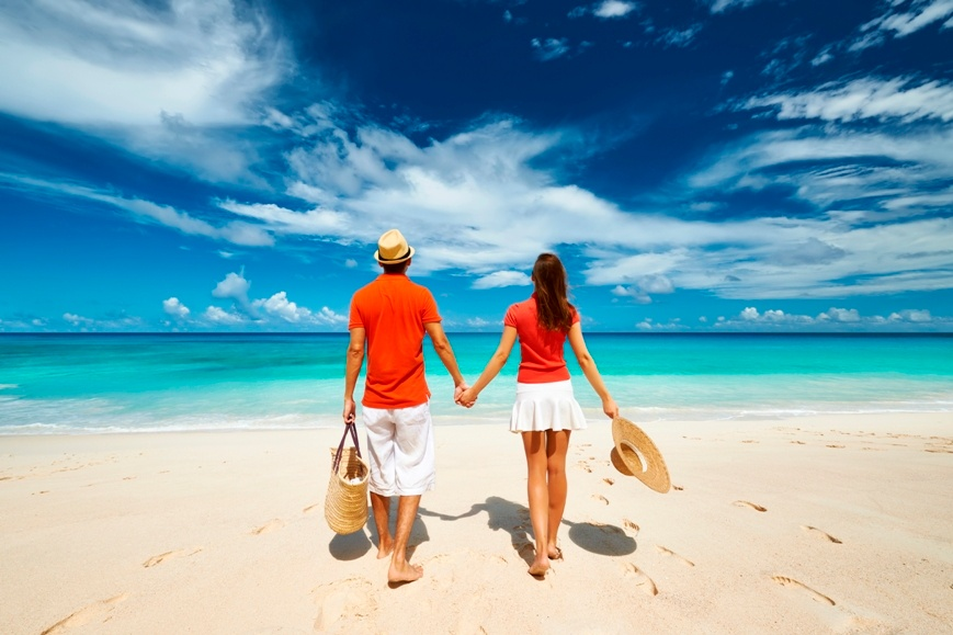 Couple_Holding_Hands_on_the_Beach